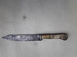 Antik kés szaru és réz markolat díszítéssel.