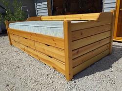 Eladó egy nagyon jó minőségű ágyneműtartós fenyő kanapé  - ágy  5db ágyneműtartóval.