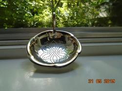 Polírozott antik ezüstözött alpaka teaszűrő,gömblábakon,fogóval