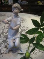 Lladro  / spanyol  / : körmét festő kislány 20 cm