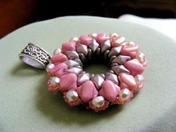 Antik hatású, cseh kristály és japán üveggyöngyből készült fűzött gyöngy ékszer, medál