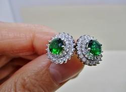 Szép kézműves antik stílusú ezüst fülbevaló smaragdzöld és fehér kövekkel