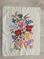 Kézzel hímzett virágos párnahuzat