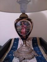 Petróleum lámpából kialakított kobaltkék jelenetes asztali lámpa spiáter talpazattal