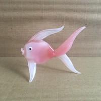 Rózsaszín üveg hal. 7,5 x 9,5 cm.