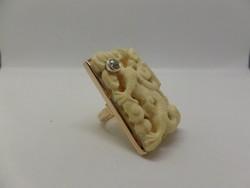 Hatalmas arany gyűrű faragott csont berakással és brillel