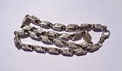 61,4 cm. hosszú, 8 x 7 mm. széles mutatós nyaklánc