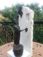 Szőlőt szedő nő -  márvánnyal kombinált bronz szobor