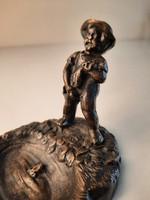 Pisilő kisfiú figura, bronz szobor, tálka