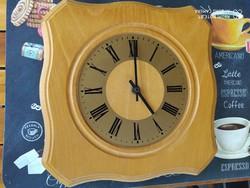 Eladó egy tölgy fali óra nagyon  szép állapotú Méretei: 26 cm x 26 cm x  3.5 cm vastag. Posta megold
