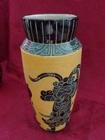 Vietnami porcelán váza, kézzel festett,magassága 28 cm, felső átmérője 9,5 cm.