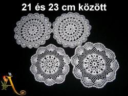 4 db kézzel horgolt csipke terítő 21 és 23 cm
