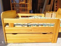 Eladó egy  JÓ minőségű állítható fenyő gyerekágy ágyneműtartóval és 3db os matraccal.