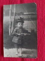 Régi képeslap vadásznak öltözött kisfiúval