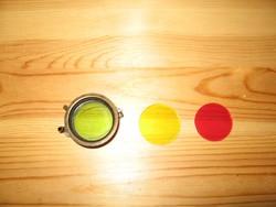 Régi színszűrő rugós sárgaréz keretben.Oldalán felirat :RHCO TRADE MARK  REG.)