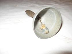 Inashívó csengő a múlt század elejéről.Régen ilyet használtak az iskolai csengetésnél.