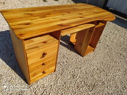 Eladó egy nagy  fenyő íróasztal. Bútor jó állapotú. Méretei: 140 cm x 57 cm  és 67 cm mély x 74 cm m