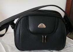 Új!Női Utazótáska Kézipoggyász Méret Bőröndön Rögzíthető + Ajándék Új Csomagolásban Lévő Neszesszer