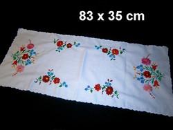 Kalocsai virág mintával kézzel hímzett terítő, futó 83 x 35 cm