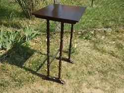 Gyönyörű kis antik asztal esztergált lábakon laptop asztalnak, lerakónak
