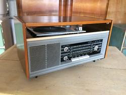 Régi retro fadobozos lemezjátszó rádió