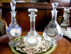 Antik, csiszolt üveg, kristály és festett italos palackok, ezüstözött címkével, darabonként is