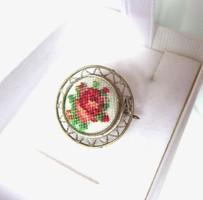 GOBELIN rózsás kis kerek régi kitűző