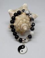 Yin-yang matt onix és zebrajáspis karkötő, 8 mm-s gyöngyökből