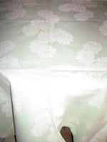Gyönyörű halvány almazöld, fehér virágos damaszt terítő