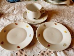4 db Zsolnay porcelán, 3 db  tányér + 1 db  teás csésze együtt