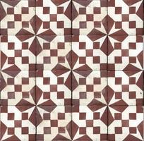 Színes fehér-bordó geometrikus mintájú régi cementlap