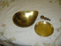 Angol mérleghez való tányérok és súlyok.