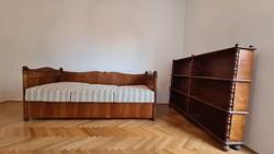 Kovács Margit ágya és könyvespolca