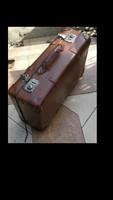 Antik bőrönd dekorációnak