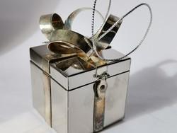 Kézzel készült fém ékszerdoboz karácsonyfára akasztható karácsonyi csomag alakú