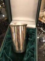 Ezüst keresztelőpohár zöld dobozban