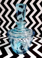 Vízkék, részben lapra csiszolt italos üveg