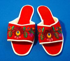 Régi piros, kézzel hímzett, népművészeti posztó papucs (37-es)