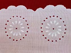 Impozáns méretű, fehér vászon hímzett terítő, abrosz, asztalterítő