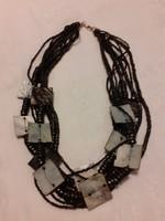 Többsoros apró gyöngyökből fűzött nyaklánc, szögletes kagylóhéj díszítéssel
