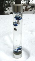 Galilei hőmérő, igényes kialakítású, alul és felül fémtokban álló hőmérő 33 cm magas