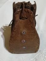 Uniszex  bőrből készült kis táska, tartó ,tároló.