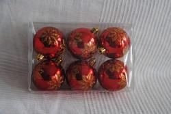 Karácsonyfa dísz, piros műanyag gömbök és piros-arany gyertyagyűrű