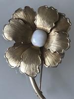 Régi arannyal bevont virágalakú bross opál középpel, jelzett