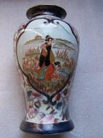 Kínai váza szépségek a vízparton ábrázolással, virágmotívumokkal dísztett, kézzel festett, aranyozot