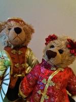 Kínai mackók selyemruhában