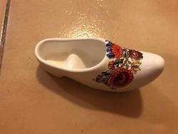 Népies mintájú porcelán nipp