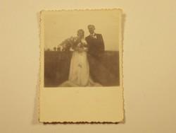 Régi fotó fénykép - Esküvő, vőlegény, menyasszony, virágcsokor, mező, rét - 1940-1950-es évek