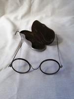 Régi szemüveg korabeli tokban