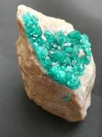 Természetes Dioptáz kristálycsoport az anyakőzetén. Ritka réz-szilikát ásvány a típuslelőhelyéről..